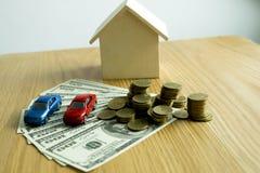 Le jeune homme était sur le point d'approuver l'argent pour louer une maison et une voiture images libres de droits