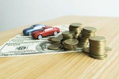 Le jeune homme était sur le point d'approuver l'argent pour louer une maison et une voiture photo stock