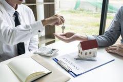 Le jeune homme était sur le point d'approuver l'argent pour louer une maison et une voiture image libre de droits