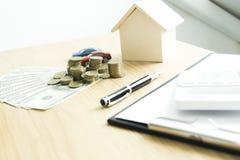 Le jeune homme était sur le point d'approuver l'argent pour louer une maison et une voiture images stock