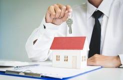 Le jeune homme était sur le point d'approuver l'argent pour louer une maison et une voiture image stock