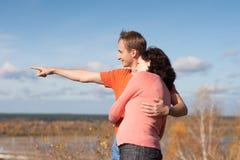 Le jeune homme affiche à son épouse leur future maison photographie stock libre de droits