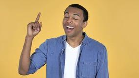 Le jeune homme africain de pensée a eu la nouvelle idée, fond jaune clips vidéos