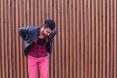 Le jeune homme arabe adulte beau se tient dessus pour soutenir et étire B Photographie stock libre de droits