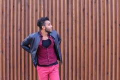 Le jeune homme arabe adulte beau se tient dessus pour soutenir et étire B Photo stock