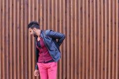 Le jeune homme arabe adulte beau se tient dessus pour soutenir et étire B Images libres de droits