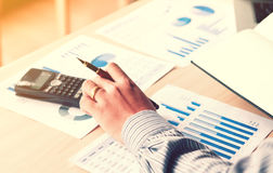 Le jeune homme asiatique financier de profession calculent le nombre de statistiques Photo stock