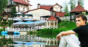 Le jeune homme au lac photos stock