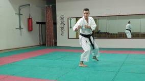 Le jeune homme avec le corps musculeux, arts martiaux s'exerçants Goju-Ryu Karaté-font mouvement lent superbe banque de vidéos
