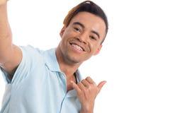 Le jeune homme avec des accolades sur ses dents fait le selfie Jeune wea noir photos libres de droits