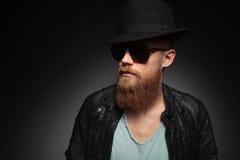 Le jeune homme avec la barbe regarde loin Image libre de droits