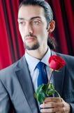 Le jeune homme avec le rouge s'est levé Images libres de droits