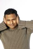 Le jeune homme avec remet des oreilles Image libre de droits