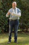 Le jeune homme avec un bras a moulé le service de mini-messages à son téléphone Images stock