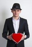 Le jeune homme avec une boîte aiment l'amour de coeur. Photo libre de droits