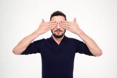 Le jeune homme barbu beau a fermé des yeux avec des mains Photo stock