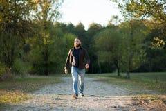Le jeune homme barbu sérieux marche en parc Photographie stock libre de droits