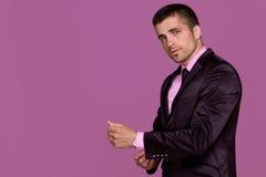 Le jeune homme beau utilise une montre Photographie stock libre de droits