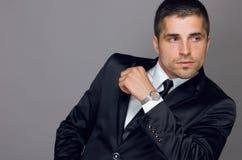 Le jeune homme beau utilise une montre Photo stock