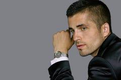 Le jeune homme beau utilise une montre image stock