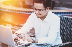 Le jeune homme bel ont plaisir à faire des emplettes en ligne au téléphone portable avec du Cr Photo libre de droits