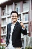 Le jeune homme bel ont plaisir à faire des emplettes en ligne au téléphone portable avec du Cr Photographie stock
