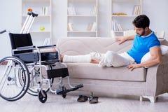 Le jeune homme blessé récupérant à la maison photographie stock libre de droits