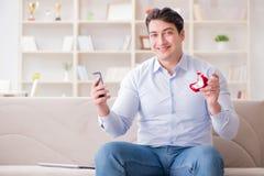 Le jeune homme causant avec son amoureux au-dessus de téléphone portable Image libre de droits