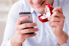 Le jeune homme causant avec son amoureux au-dessus de téléphone portable Photo stock