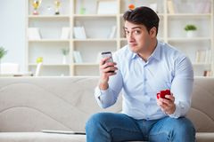 Le jeune homme causant avec son amoureux au-dessus de téléphone portable Photographie stock libre de droits