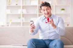 Le jeune homme causant avec son amoureux au-dessus de téléphone portable Photo libre de droits