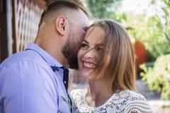Le jeune homme chuchotant à la femme ou à l'amie, ami disant le secret étonnant à sa fille, homme dit que les mots gentils au sie Photos stock