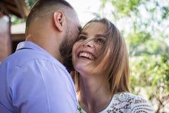 Le jeune homme chuchotant à la femme ou à l'amie, ami disant le secret étonnant à sa fille, homme dit que les mots gentils au sie Image stock