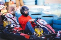 Le jeune homme conduit le kart photos stock