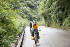 Le jeune homme conduit le vélo Photo libre de droits