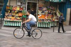 Le jeune homme conduit son vélo Photographie stock