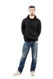 Le jeune homme confus dans le hoodie avec des mains soutiennent dessus Image stock