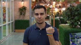 Le jeune homme démontre l'attribut de LGBT banque de vidéos