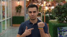Le jeune homme démontre l'attribut de LGBT Photographie stock