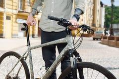 Le jeune homme dénommé fait un cycle dans la ville Photo libre de droits