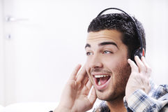 Le jeune homme détendent dedans la musique de écoute Images libres de droits