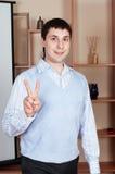 Le jeune homme d'affaires au bureau photos stock