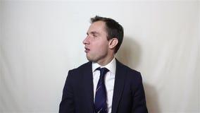 Le jeune homme d'affaires bel ne dit non et secoue sa tête négativement clips vidéos
