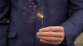 Le jeune homme d'affaires dans le costume bleu tient un feu du Bengale dans sa main clips vidéos