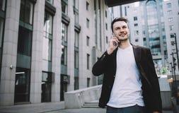 Le jeune homme d'affaires dans une ville photo stock