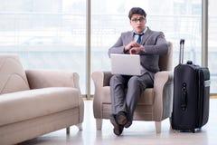 Le jeune homme d'affaires dans le vol de attente de salon d'affaires d'aéroport Image libre de droits