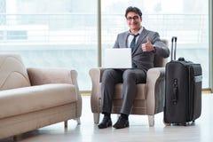 Le jeune homme d'affaires dans le vol de attente de salon d'affaires d'aéroport Photographie stock libre de droits
