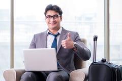 Le jeune homme d'affaires dans le vol de attente de salon d'affaires d'aéroport Photos libres de droits