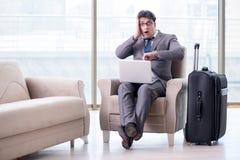 Le jeune homme d'affaires dans le vol de attente de salon d'affaires d'aéroport Images libres de droits