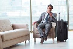 Le jeune homme d'affaires dans le vol de attente de salon d'affaires d'aéroport Images stock